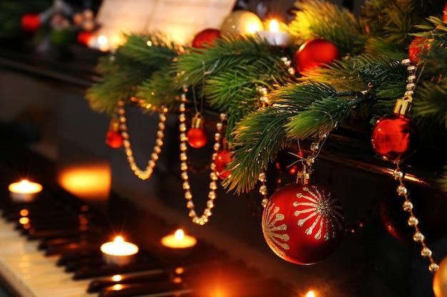 Klawisze fortepianu z ozdobami świątecznymi, zbliżenie