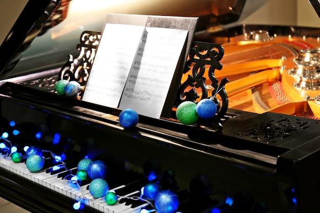 Klawisze fortepianu z ozdobami świątecznymi