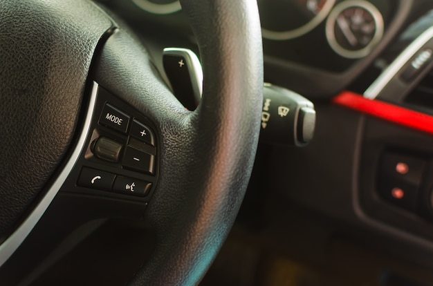 Klawisze głośności na kierownicy