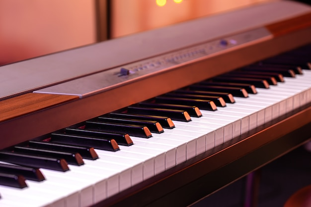 Klawisze Muzyczne Pod Kolorowym Oświetleniem Na Rozmytym Tle. Premium Zdjęcia