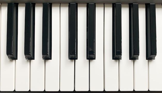 Klawisze syntezatora fortepianu