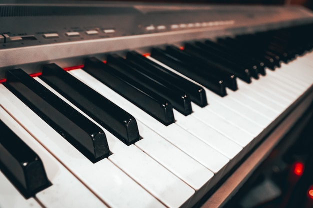 Klawisze syntezatora zamykają motyw muzyczny