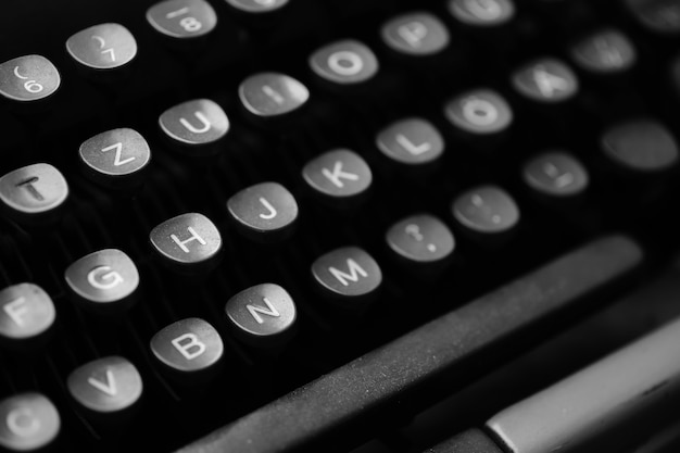 Klawisze z literami języka angielskiego na starej maszynie do pisania