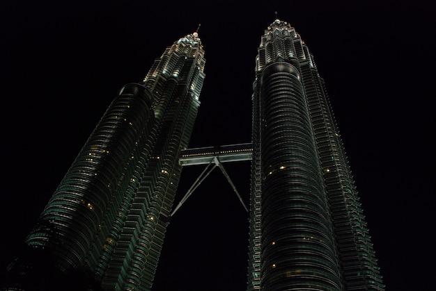 Klcc petronas twin towers w nocy.