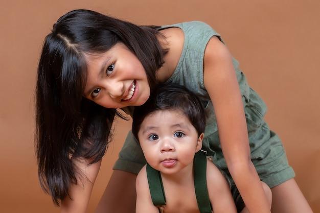 Klęczące rodzeństwo meksykańskie, dziewczynka i chłopiec