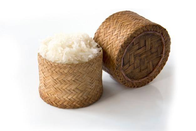 Kleisty ryż, tajlandzki kleisty ryż w bambusowym drewnianym starego stylu pudełku odizolowywającym na białym tle
