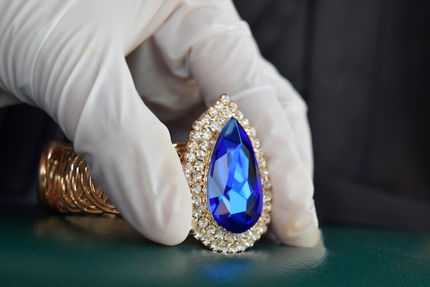 Klejnot akwamaryna piękny z natury do wyrobu drogiej biżuterii