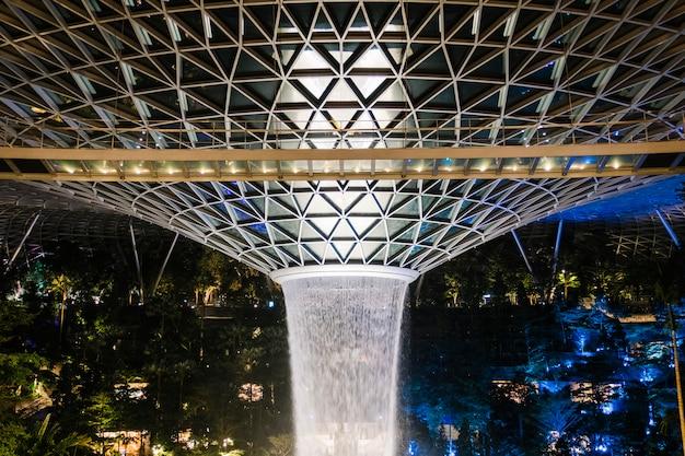 Klejnot fontanna w singapurze w nocy