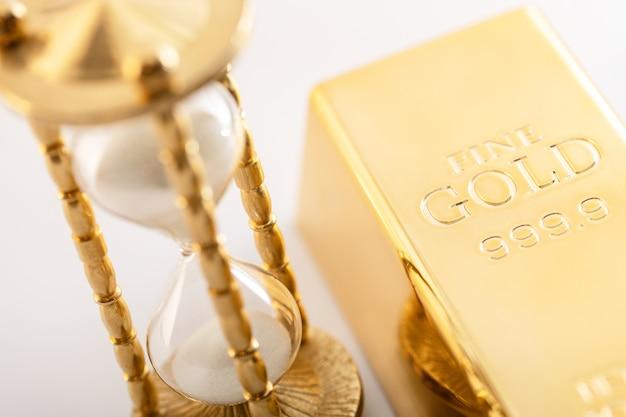 Klepsydra i czyste złoto. koncepcja inwestycji w materiały szlachetne.