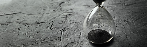 Klepsydra na ciemnym tle, długi baner. koncepcja pilności i braku czasu