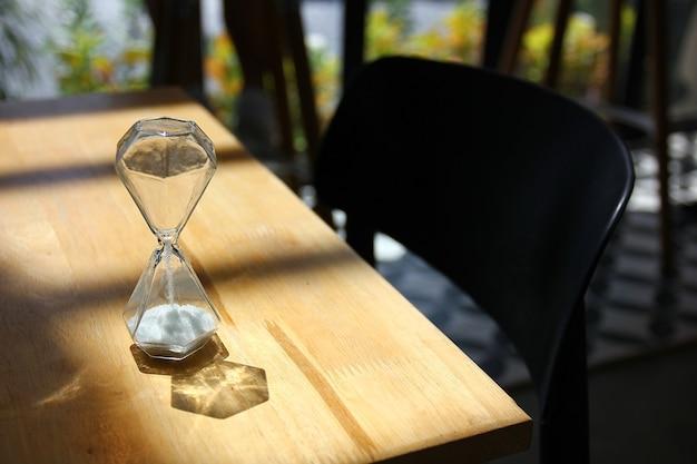Klepsydra na drewnianym stole
