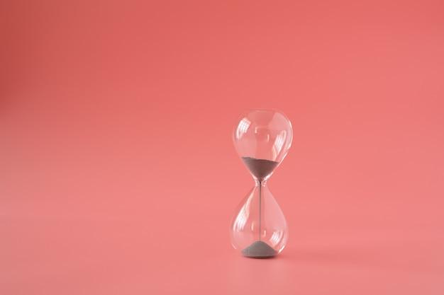 Klepsydra piasek czas przeszłości przepływu koncepcji