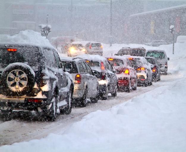 Klęska śnieżna na drodze, obfite opady śniegu ograniczyły ruch drogowy. zamieć i opady śniegu zimowej pogody na autostradzie.