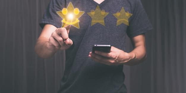 Klienci dają symbole, uśmiechnięte buźki, satysfakcję z obsługi