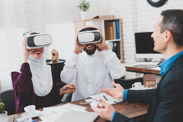 Klienci handlu nieruchomościami oglądają projekt w okularach 3d vr.
