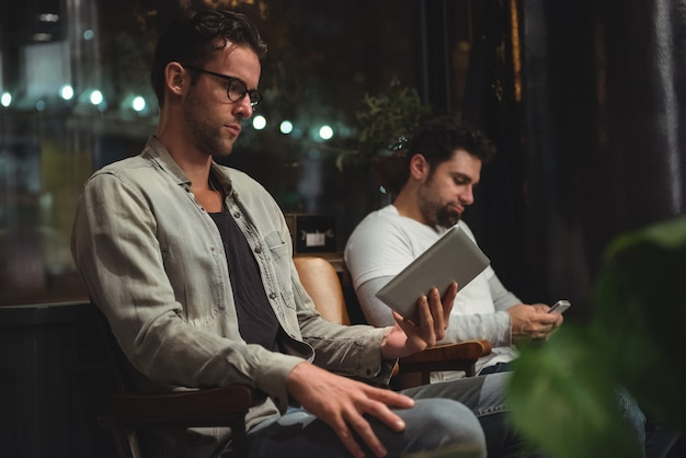 Klienci korzystający z cyfrowego tabletu