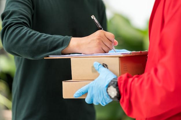 Klienci płci męskiej podpisują umowę na dostawę od dostawcy.