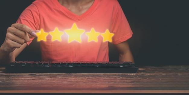 Klienci podają pięciogwiazdkową ocenę zadowolenia z usług