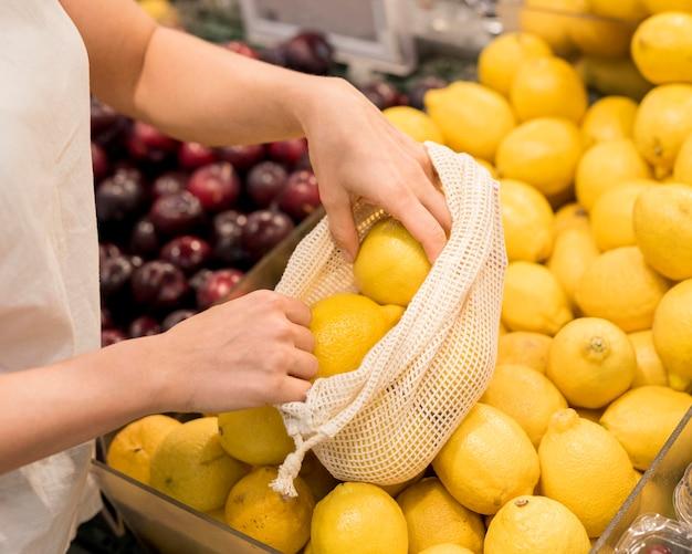 Klient bierze pyszne cytryny z targu