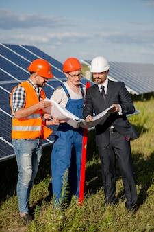 Klient biznesowy, brygadier i pracownik przy słonecznej energii stacją.