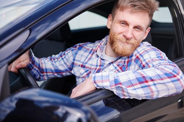 Klient cieszy się swoim nowym samochodem