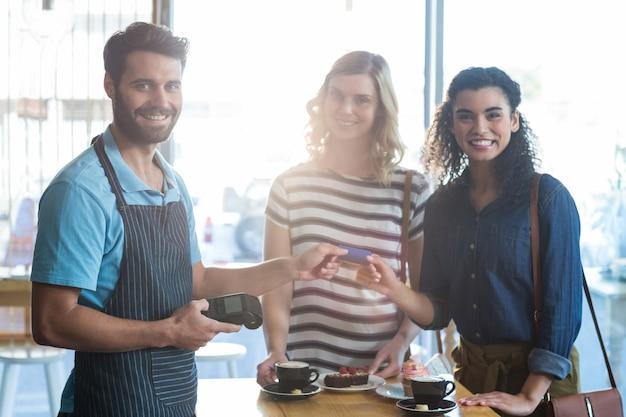 Klient dokonujący płatności za pośrednictwem terminala płatniczego