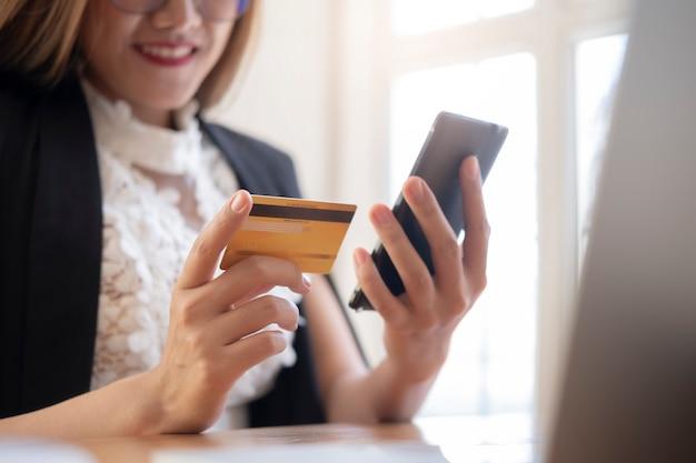 Klient dokonujący zakupów online płaci kartą kredytową.