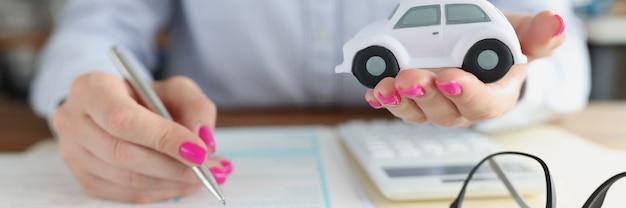 Klient firmy ubezpieczeniowej wykupuje ubezpieczenie samochodu