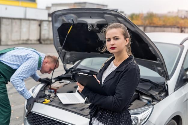 Klient i pracownik na stacji obsługi z samochodem