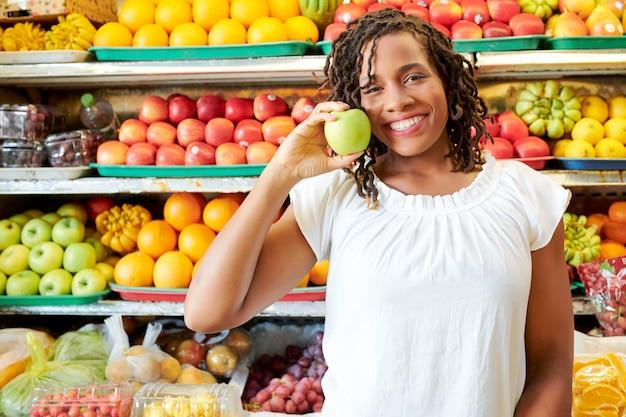 Klient kupujący dojrzałe owoce