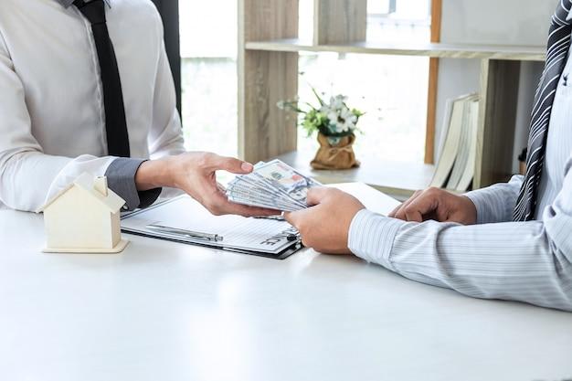 Klient kupujący kredyt mieszkaniowy