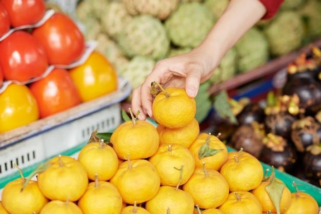 Klient kupujący mandarynki