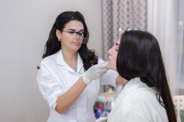 Klient na wizycie kosmetycznej, konsultacja, modelowanie twarzy, przygotowanie do kolejnych zabiegów, oględziny obszarów problemowych