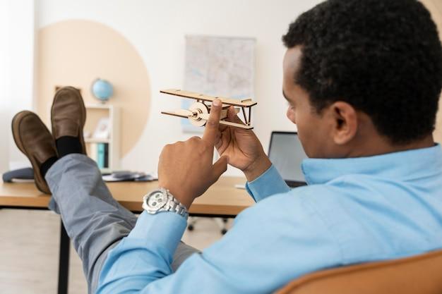 Klient oczekujący na planowanie podróży od swojego agenta podróży