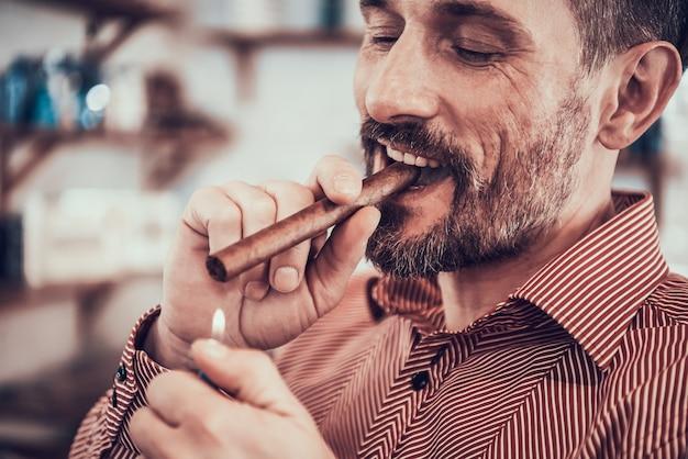 Klient pali papierosa po stylowej fryzurze