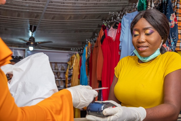 Klient płacący kartą kredytową, płatność zbliżeniowa za pomocą automatu pos