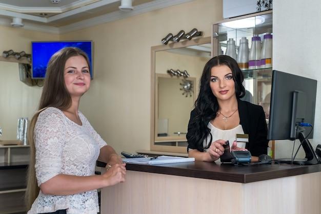 Klient płacący w salonie kosmetycznym kartą kredytową