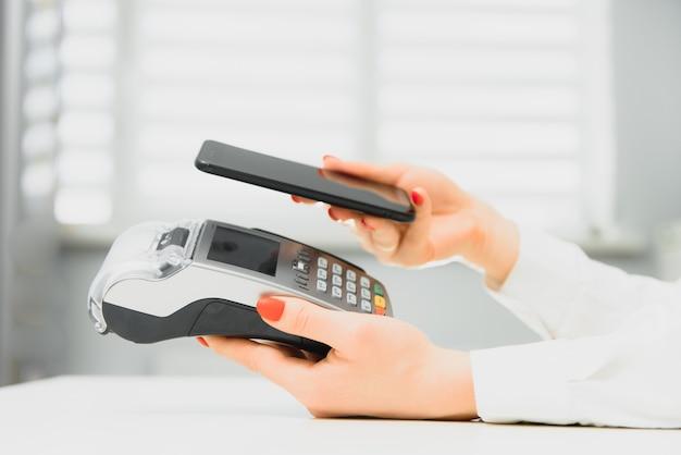 Klient płaci za pomocą technologii nfc