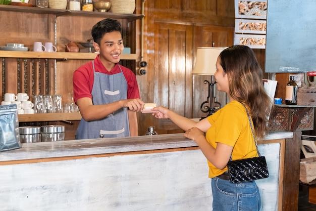 Klient płaci za zamówienie kartą debetową