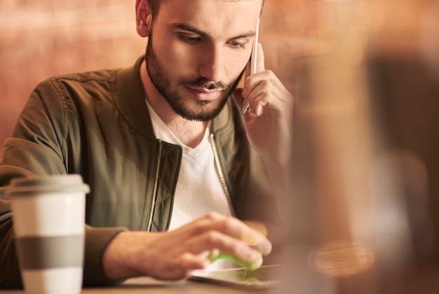 Klient płci męskiej komunikujący się z technologią bezprzewodową