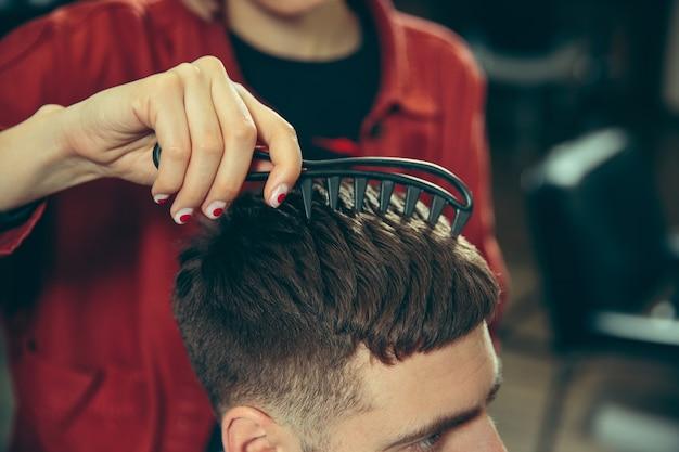 Klient podczas golenia brody w zakładzie fryzjerskim.