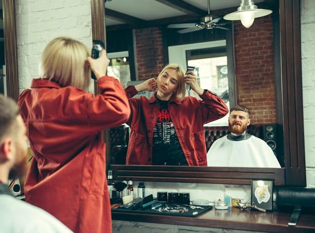 Klient podczas golenia brody w zakładzie fryzjerskim