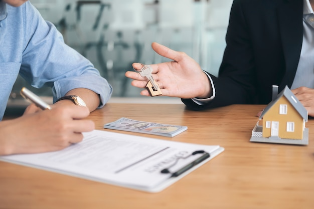 Klient podpisuje umowę na nowy dom.