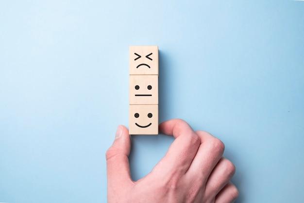 Klient pokazujący ocenę z szczęśliwą ikoną na niebiesko