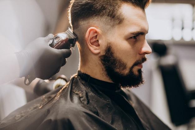 Klient robi fryzurę w salonie fryzjerskim