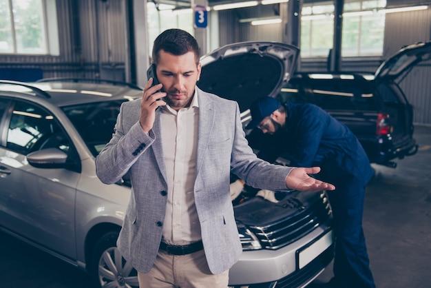 Klient rozmawia przez telefon narzeka na złą obsługę