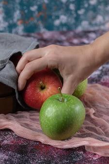 Klient trzyma jabłko pod ręką.