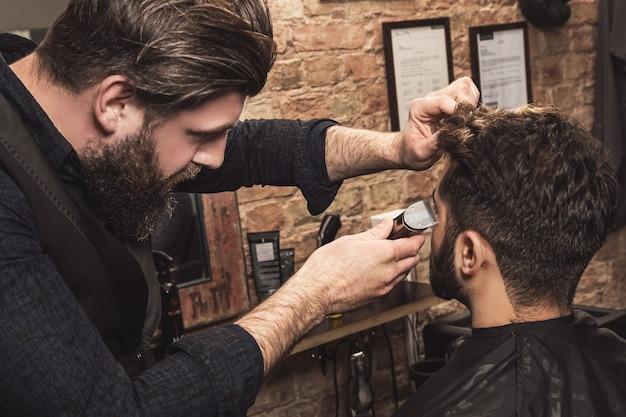 Klient w salonie fryzjerskim