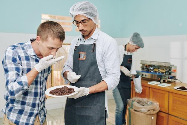 Klient wąchający ziarna kawy