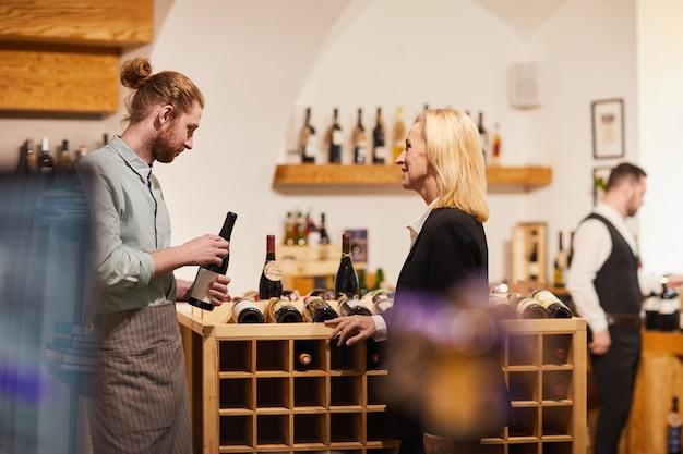 Klient wybiera wino